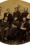 Ranni powstańcy w szpitalu w Strzelnie z lekarzem dr. Jordanem (stoi trzeci od lewej), 1863 - 1864, WMW, sygn. WA1016