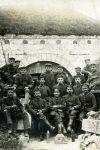 żołnierze z 403 pułku piechoty przed wejściem do jednego z fortów w rejonie Verdun, ze zbioru po Wincentym Penczyńskim, WMW, sygn. wa6092